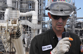 معدات وخدمات الاتصالات الصناعية للاستخدام أثناء الصيانة وإيقاف العمل والإعداد لدورة تالية إضافة إلى عمليات أخرى.