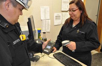يوفر مركز الخدمة في المنجم (IMSC) خدمات السلامة ليلاً أو نهارًا. فحص معدات السلامة وصيانتها ومراجعة إجراءات السلامة والفحص والامتثال.