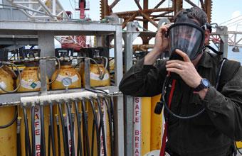 خدمات ومعدات حماية الجهاز التنفسي الصناعية. خدمات وأنظمة هواء التنفس على الأرض وداخل البحر.