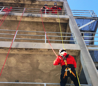 Schulungskurs zur Höhenrettung. Rettung von Mitarbeitern aus hängenden oder erhöhten Absturzsicherungssystemen oder aus Gräben, Aushebungen und engen Räumen.