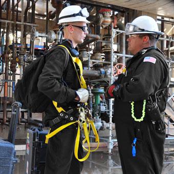 Total Safety bietet umfassende Rettungsdienstleistungen vor Ort, einschließlich Höhenrettung, Rettung in engen Räumen sowie Rettung aus Fallschutzvorrichtungen. Ideal geeignet für abgelegene Standorte und schwierig zu erreichende Arbeitsorte. Reduzierung der Haftung.