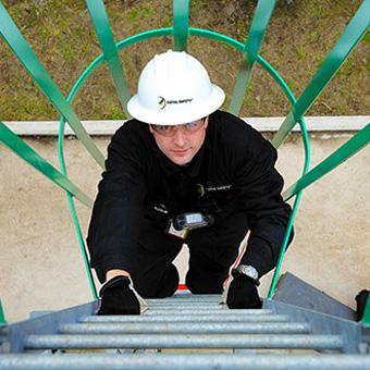 Absturzsicherungen und Fallschutzdienstleistungen, einschließlich Schulungen zu Absturzsicherungen, Inspektion von Schutzausrüstungen und technische Planung von Fallschutzsystemen.