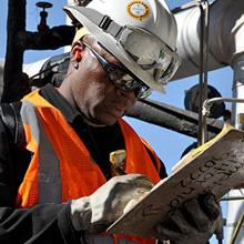 عمليات الفحص لأنظمة الحماية من الحرائق للتحقق من نتائج مراجعة الخدمات بما في ذلك الفحص والاختبار والصيانة والتصميم والتركيب.