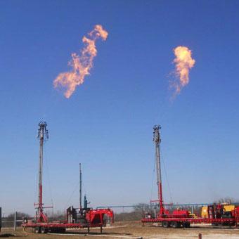 Ausrüstung für die Abblasung von Pipelines und die Fackelwartung, einschließlich tragbarer, selbst abgespannter Abfackelschornsteine, Zündsysteme und Fackeln mit einer effektiven Wärmedämmung.