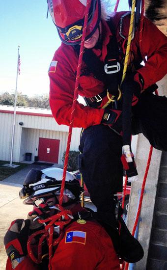 Le système de gestion de projet et le personnel des RH localisent le personnel de sécurité spécialisé nécessaire aux projets. La formation de préposé à la sécurité porte sur les espaces confinés, les EPI, le verrouillage/étiquetage et les piquets d'incendie.