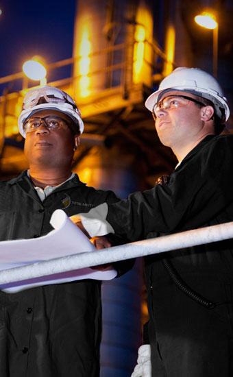 Une gestion spécialisée surveille les projets et garantit que les techniciens de sécurité remplissent les conditions. Le programme sur mesure de rédacteur de permis forme ces derniers à la gestion de la sécurité et à l'accès aux espaces confinés.
