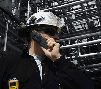 Die Sicherheitstechniker, Mitarbeiter der Bereitschaft und das Personal von Total Safety werden für Stillstände, die Arbeitssicherheit in engen Räumen, das Verfassen von Zulassungen und weitere Inhalte geschult.